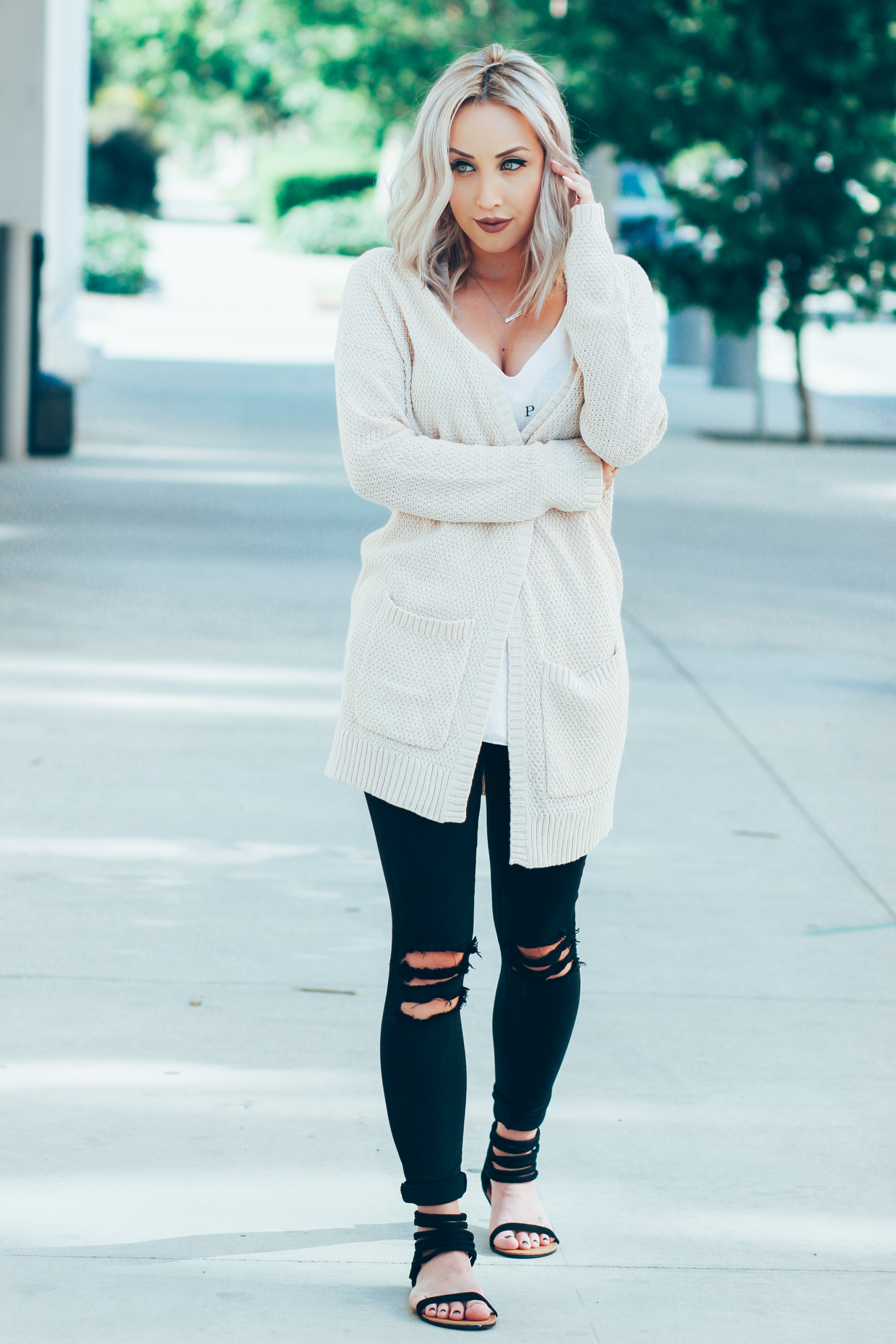 Blondie in the City | Casual #OOTD | Distressed Jeans | Ivory Cardigan @urbanoutfitters